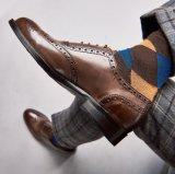 Il modo del cuoio della mucca degli uomini merletta in su i pattini di vestito