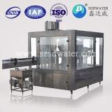 Вода в бутылках производственного оборудования на заводе для воды