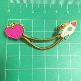 Distintivo duro di figura del cuore di amore dello smalto dell'oro per i regali delle coppie