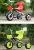 장난감 아이 세발자전거에 포도주 붉은색 크리스마스 탐