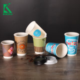 冷たいDrinkfoamのコップの紙コップのさざ波の壁の熱いコーヒーカップ