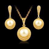 Insieme dei monili delle donne africane di cerimonia nuziale degli orecchini e della collana placcato oro