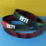 """Kundenspezifische 1/2 """" neue Entwurfs-Qualität Mixeded Farbe Debossed Farbe gefüllte Silikon-Armbänder mit freien Proben"""