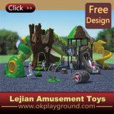 Intéressant les enfants à l'extérieur du parc de terrain de jeu en plastique (X1430-6)