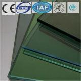 건물을%s 진한 녹색 색을 칠하는 명확한 부유물 또는 부드럽게 한 사려깊은 유리