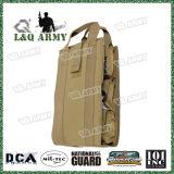 Los militares insertan el paquete médico del bolso de la ayuda del kit con la ventana clara del PVC