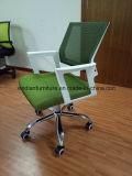 会議のためのタスクによって使用される革オフィスの椅子