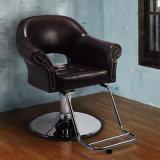 Barbeiro do salão de beleza que denomina a cadeira que sae de um sentido retro que denomina a cadeira
