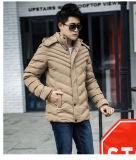 Пальто пузыря вскользь людей проложенные зимой