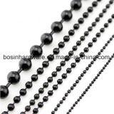 La cadena de bolas de metal color negro.
