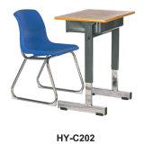 학교 가구 단 하나 나무로 되는 책상과 플라스틱 의자