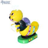 蜂の形は硬貨によって作動させる水射撃のゲーム・マシンをからかう