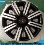 El plástico negro y plata cubierta de la rueda del coche
