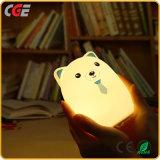 Hübscher Bär, der geleuchtete LED-Lampe nach Dekoration sucht