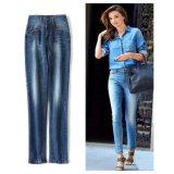 Gli ordini europei a stile classico lavano i jeans casuali bianchi del denim delle donne