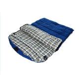 枕空の綿の寝袋が付いている青
