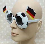 Les amateurs de soccer de l'Équipe nationale de l'Allemagne d'un drapeau des lunettes de soleil