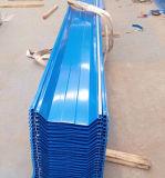 Folha ondulada azul da telhadura do mar para a casa de campo