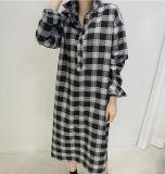 女性の簡単な格子縞のウエストベルの長いワイシャツの服