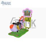 娯楽施設の子供はアーケード・ゲーム機械に乗る