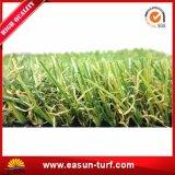يرتّب عشب مرج مسيكة اصطناعيّة لأنّ حديقة