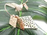 사방형 모양에 있는 패턴 귀여운 귀걸이를 새기는 아름다운 보석