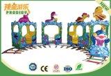遊園地の子供は販売のための電気ツーリストの無軌道のトレインに乗る