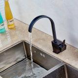 L'olio della cascata del quadrato del rubinetto della cucina ha lucidato il bronzo