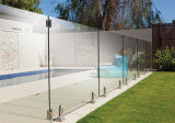 Framelessのガラス柵が付いているプールの栓