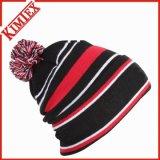 冬の方法によって編まれる縞の帽子の帽子