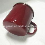 De Kop van het Tin van Cookware die in de Rode Mok van de Koffie van de Kop van de Thee wordt geplaatst
