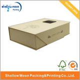 Тип книги Brown кладет коробку в коробку бумажного подарка упаковывая с пеной