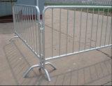 Barriera d'acciaio di traffico con i piedi del ponticello