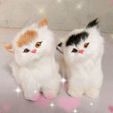 模造毛皮で覆われたリアルで現実的で装飾的な猫