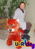 Тигр в нескольких минутах ходьбы смещается на машине для детей