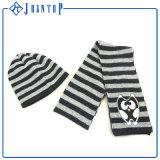 ニットのスカーフの帽子および手袋はセットを編んだ