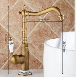 Le paquet en laiton antique a monté le taraud simple de bassin de salle de bains de traitement