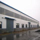 Almacén de construcción de metal con las estructuras de acero