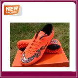Le football de sport sportif chausse des chaussures du football