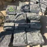 De de zwarte Steen & Betonmolens van de Kubus van het Kalksteen met Gebeiteld tuimelen Rand