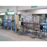 Uma máquina de processamento ultramarina da água bebendo do RO do serviço do ano