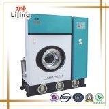Máquina de lavar automática cheia da lavanderia para a roupa