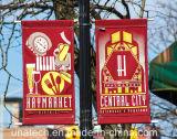 フラグのホールダー(BS27)を広告している金属の街灯ポーランド人