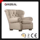 거실은 Nailheads를 가진 의자 Churchill에 의하여 덮개를 씌운 의자를 덮개를 씌웠다