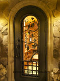 Mão interior - única porta feita da adega de vinho do ferro feito