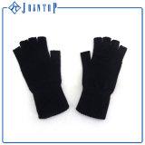 黒いカラー編むかぎ針編みの子分の手袋の子分