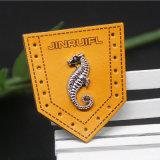 Personifiziertes Metallfirmenzeichen mit lederner Änderung am Objektprogramm für Kleid