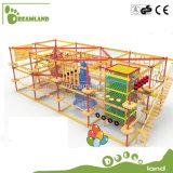 Projeto novo que flutua o curso engraçado da corda do obstáculo para miúdos