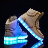 In te ademen LEIDEN van de Mensen van Santiro Licht op Tennisschoenen die de Schoenen van de Sport opvlammen