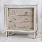 骨董品によって映される木の3つの引出しの箱の家具